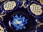 pirkenhammer-schale-kobaltblau-mit-gold-und-weisser-rose-flechtrand.2